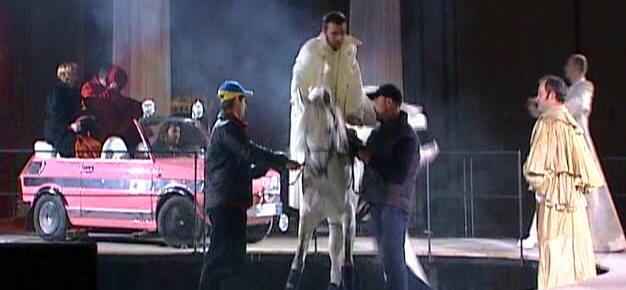 Конь, люди...